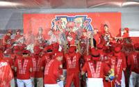 3連覇を達成し歓喜のビールかけで盛り上がる広島ナイン(撮影・江口和貴)