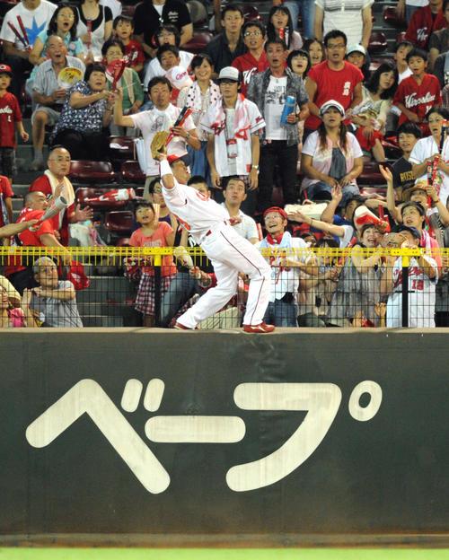 横浜戦の8回、ハーパーの大飛球をフェンスによじ登り好捕する広島天谷(2010年8月22日撮影)