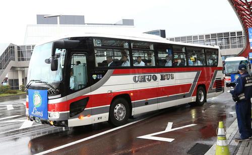西武ナインを乗せ新千歳空港から札幌ドームへ向かうバス(撮影・江口和貴)