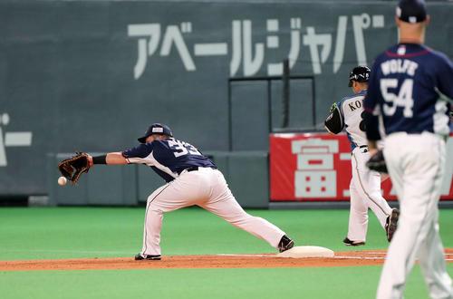 日本ハム対西武 3回裏日本ハム2死一、二塁、中村の送球を捕れない西武山川(左)(撮影・鈴木正人)