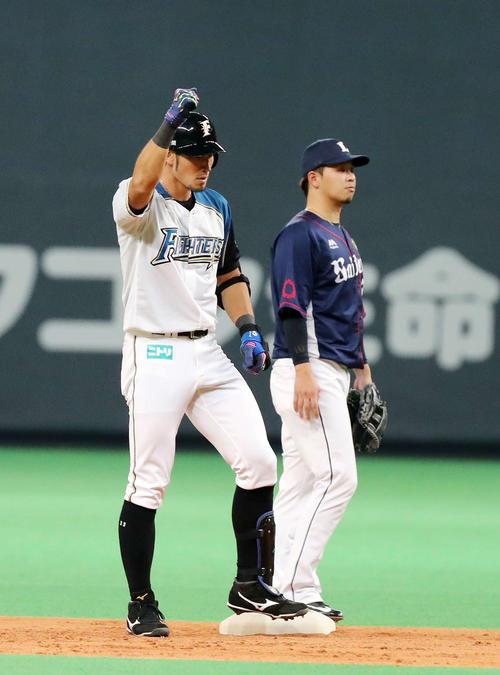 日本ハム対西武 5回裏日本ハム無死一塁、大田は左越え適時二塁打を放ちガッツポーズ(撮影・鈴木正人)