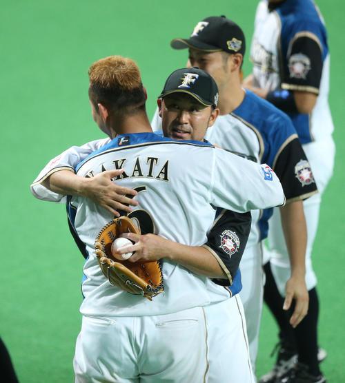 日本ハム対西武 今季限りで引退の石井裕(右)は中田と抱き合う(撮影・梅根麻紀)