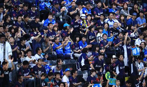 日本ハム対西武 8回裏開始前、ソフトバンクが敗れパ・リーグ優勝が決まり喜ぶ西武ファン(撮影・江口和貴)
