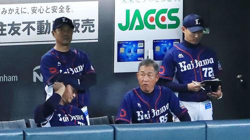 日本ハム対西武 8回裏開始前、ベンチに座る西武辻監督(中央)(撮影・江口和貴)