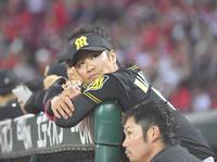 広島対阪神 9回表阪神2死一塁、高山が代打で送られ、出場せずに試合終了を迎えた西岡(撮影・上田博志)