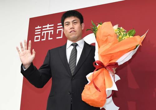 今季限りでの引退を表明し、カメラに向かって手を振る巨人西村(撮影・鈴木みどり)