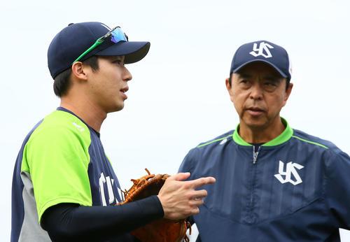 試合前練習中、談笑するヤクルトの山田哲(左)と小川監督(撮影・足立雅史)