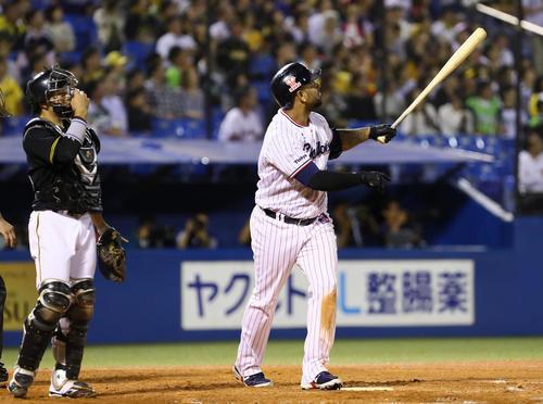 ヤクルト対阪神 2回裏ヤクルト1死一、三塁、左越え3点本塁打を放つバレンティン。捕手梅野(撮影・足立雅史)