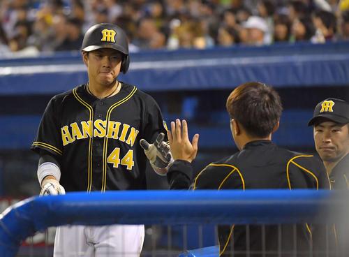 5回表阪神1死一、二塁、西浦直亨の悪送球の間に生還する梅野隆太郎(撮影・上田博志)