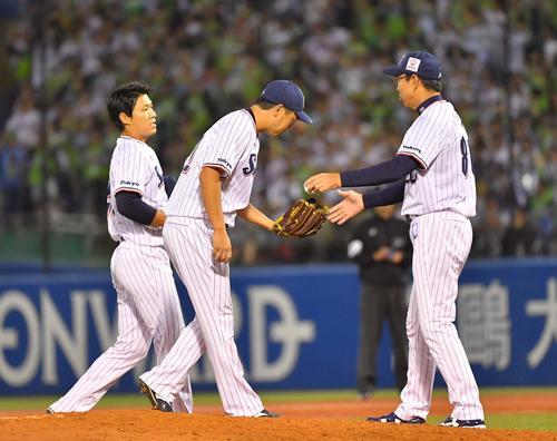 ラスト登板の松岡健一(中央)にボールを渡す小川淳司監督。左は山本哲哉(撮影・上田博志)