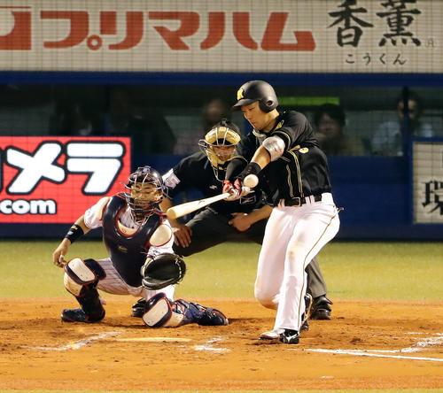 ヤクルト対阪神 8回表阪神2死一、二塁、大山は左適時打を放つ(撮影・浅見桂子)