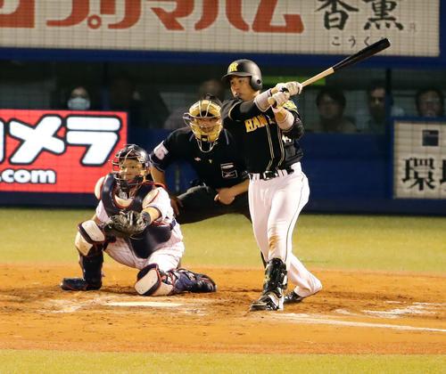 ヤクルト対阪神 8回表阪神2死二塁、梅野は右適時打を放つ(撮影・浅見桂子)