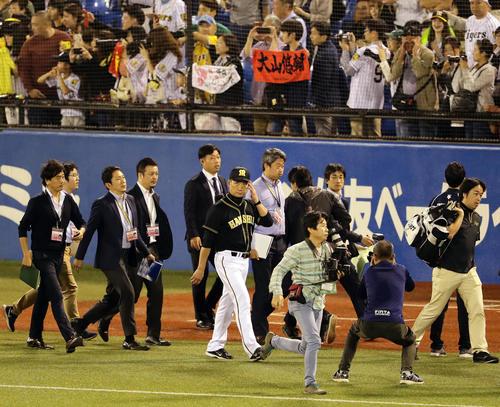 ヤクルト対阪神 1点差まで迫るも敗れて最下位決定し、引き揚げる阪神金本監督(撮影・浅見桂子)
