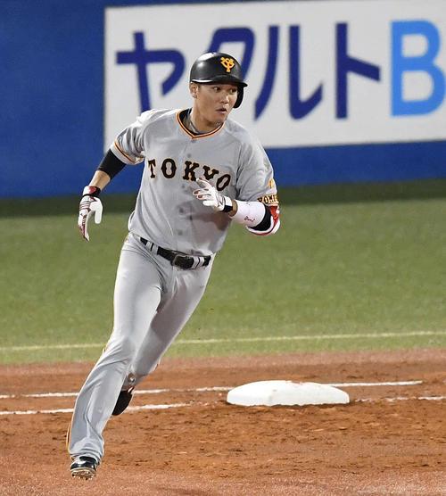 3回表巨人1死、左越えソロ本塁打を放ちダイヤモンドをまわる坂本勇(撮影・鈴木みどり)