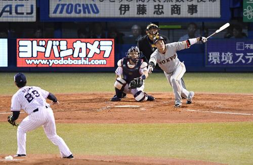 左越えソロ本塁打を放つ坂本勇。投手小川(撮影・鈴木みどり)
