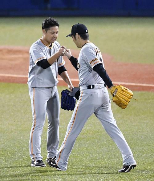5回裏2死二塁、打者山田哲を迎える前に降板する今村(左)は2番手上原とグータッチ(撮影・鈴木みどり)