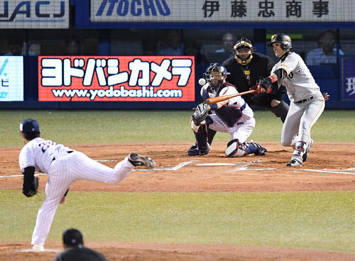 7回表巨人無死一塁、中適時二塁打を放つ陽。投手小川(撮影・鈴木みどり)
