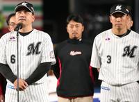 シーズン終了のあいさつをするロッテ井口監督。右は角中(撮影・中島郁夫)