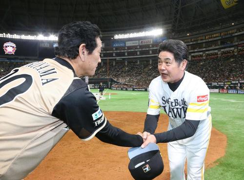 ソフトバンク対日本ハム 試合終了後、栗山監督(左)と握手をかわす工藤監督(撮影・梅根麻紀)