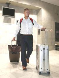 ロッカーを整理し札幌ドームから引き揚げる日本ハム中田(撮影・黒川智章)