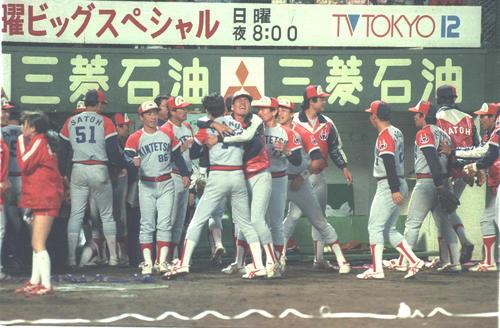 88年10月19日、ロッテ対近鉄第1試合 逆転勝利し小野和義(近鉄・中央右)が阿波野秀幸(中央左)に抱きつき喜び合う