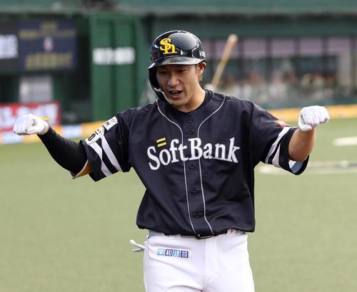 左越えにソロ本塁打を放ちベンチ前でナインの出迎えを受ける柳田悠岐(撮影・栗木一考)
