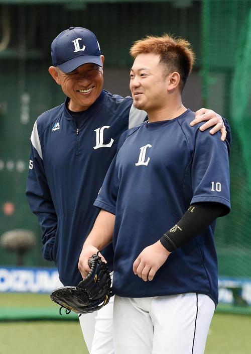 試合前、談笑する西武辻監督(左)と森(撮影・横山健太)