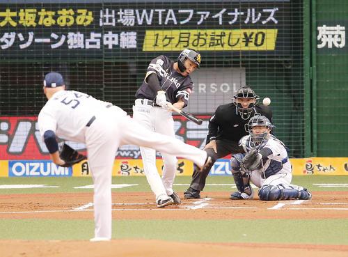 1回表ソフトバンク無死満塁、ウルフから走者一掃先制左適時二塁打を放つ柳田(撮影・野上伸悟)