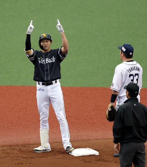 3点適時二塁打を放ち、ベンチに向かってポーズを決める柳田(左)。右は山川(撮影・狩俣裕三)