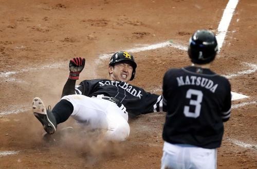 8回表ソフトバンク2死一、二塁、上林の2点適時三塁打で生還する西田(撮影・狩俣裕三)