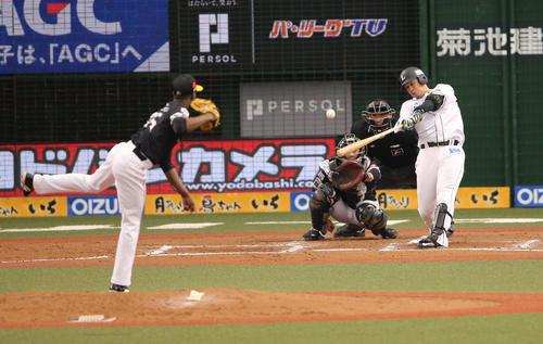 6回裏西武1死、モイネロから中越え本塁打を放つ浅村(撮影・野上伸悟)