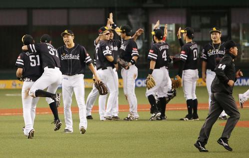 日本シリーズ進出を決め喜びあう柳田(左から3人目)らソフトバンクの選手たち(撮影・野上伸悟)