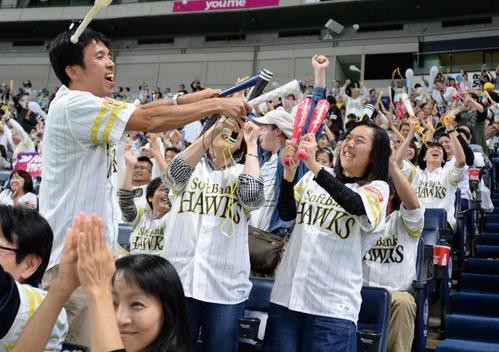 日本シリーズ出場を決めた瞬間、福岡ヤフオク!ドームで開催したパブリックビューイングを見ていたソフトバンクファン7583人は喜びを爆発させた(撮影・今浪浩三)