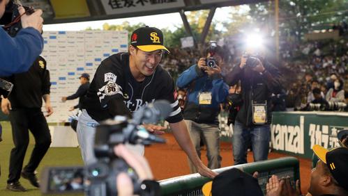 MVPに輝きベンチ前で笑顔を見せる柳田(撮影・栗木一考)
