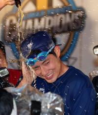 祝勝会でビールを浴びる上林(撮影・狩俣裕三)