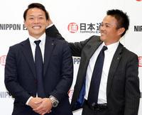 日本ハム3巡目指名を受けた日通・生天目(左)は、武田投手兼コーチから頭をなでられ笑顔を弾けさせる(撮影・浅見桂子)