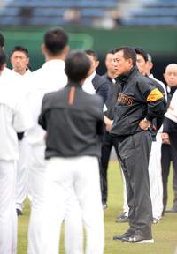練習前、選手たちを集め声をかける巨人原監督(撮影・横山健太)