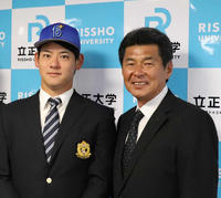 DeNAから指名あいさつを受けた伊藤裕。右は武居スカウト(撮影・久永壮真)