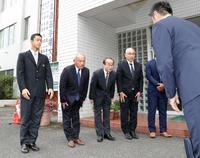 指名あいさつに訪れた阪神スカウト陣を出迎える、左から延岡学園・小幡、佐々木理事、柳田校長、一宮野球部長(撮影・前田充)