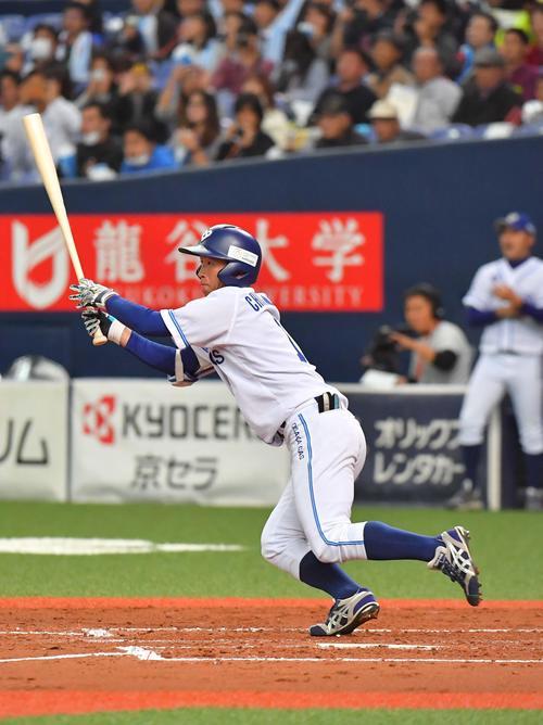 2回裏大阪ガス1死、左中間へ二塁打を放つ近本光司(撮影・上田博志)