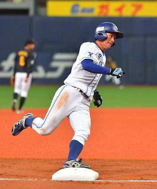 4回裏大阪ガス2死一、二塁、大阪ガス・古川の適時三塁打で二塁から快足を飛ばして生還する近本(撮影・上田博志)