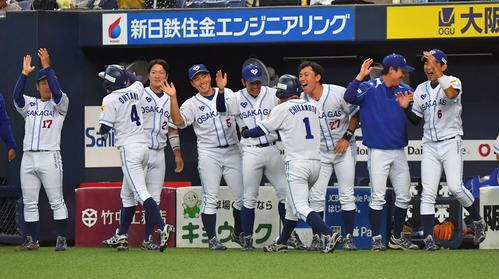 4回裏大阪ガス2死一、二塁、大阪ガス・古川の適時三塁打で二塁から快足を飛ばして生還した近本と大谷を出迎える大阪ガスナイン(撮影・上田博志)