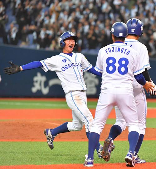9回裏大阪ガス1死満塁、サヨナラ勝ちし、土井(左)と抱き合って喜ぶ近本(撮影・上田博志)