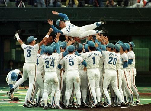 90年10月、日本シリーズで巨人に4連勝し胴上げされる西武森監督