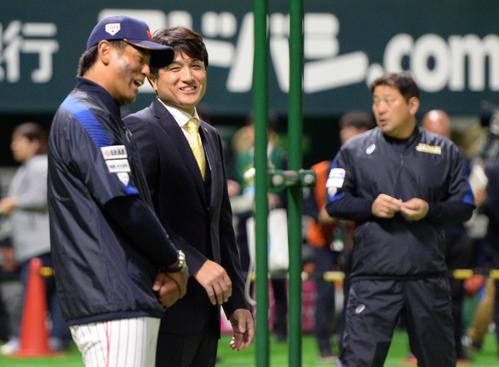 試合前、稲葉篤紀日本代表監督と話をする前巨人監督の高橋由伸氏(撮影・今浪浩三)