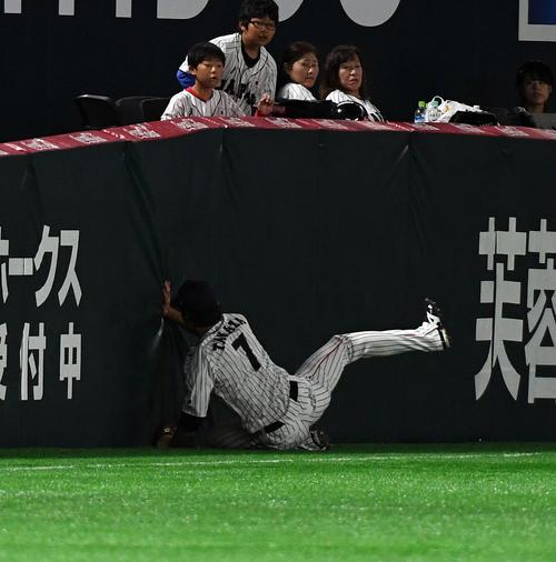 3回表台湾代表2死、陳傑憲の打球を好捕する左翼手の田中和基(撮影・今浪浩三)