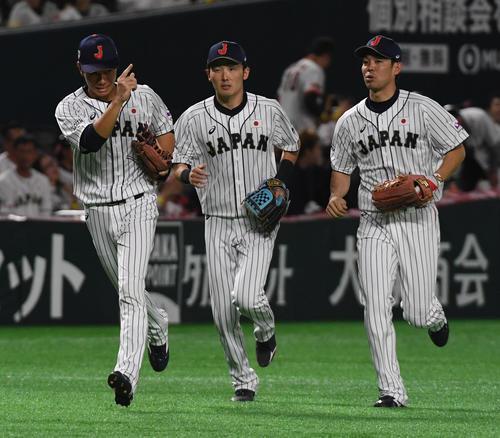 3回表台湾代表2死、陳傑憲の打球を好捕した左翼手の田中和基(左)(撮影・今浪浩三)