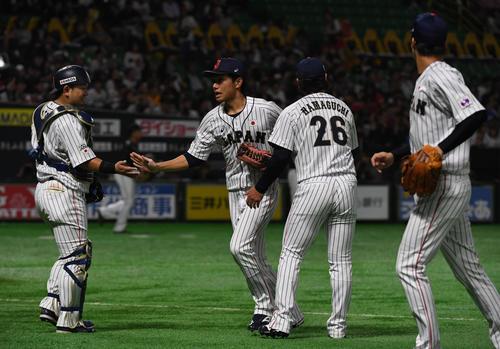 3回表台湾代表2死、陳傑憲の打球を好捕しタッチをかわす左翼手の田中和基(中央)(撮影・今浪浩三)