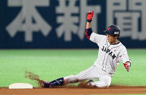 日本対台湾 6回裏日本1死、田中和は右中間へ二塁打を放ち滑り込む(撮影・栗木一考)