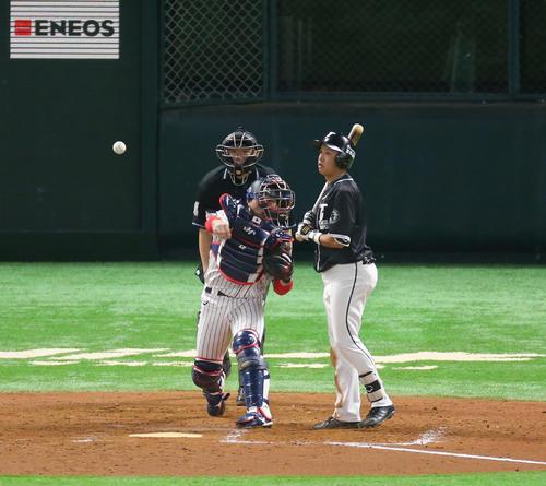 日本対台湾 9回表台湾2死一塁、打者・郭永維のとき、一塁走者の王威晨の二盗を封じる甲斐(撮影・梅根麻紀))
